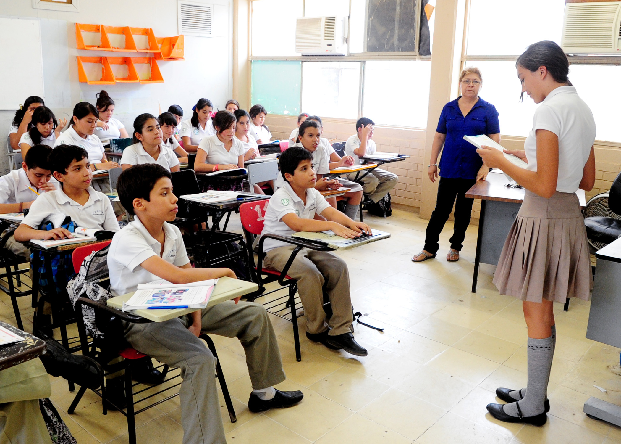 Regresar n este martes a clases miles de alumnos en todo for Actividades de salon